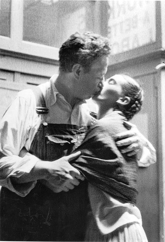 Frida Kahlo & Diego Rivera - Embracing